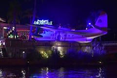 Mooi uitstekend vliegtuig in Citywalk Universal Studios bij blauwe nacht stock fotografie