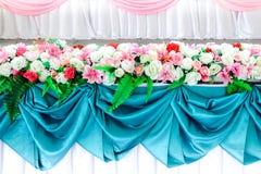 Mooi van bloemenregeling bij een huwelijksceremonie in Thailand Luxueuze huwelijksregeling van kunstbloemen voor huwelijk stock foto's
