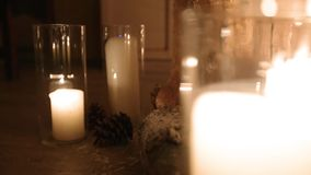 Mooi van de het huwelijksovereenkomst van de Kerstmiswinter de ceremoniedecor met kaarsen, berklogboeken, bolslingers en spar stock footage