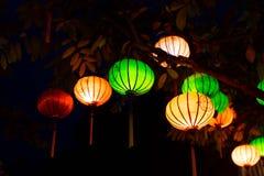 Mooi van het licht van decoratielantaarns in Nachtmarkt van Hoi An, Vietnam stock foto's