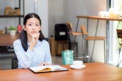 Mooi van portret het bedrijfs Aziatisch jong vrouw denken idee en het schrijven op notitieboekje op lijst Royalty-vrije Stock Fotografie