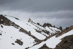 Mooi vang van een berg met sneeuw wordt behandeld die stock foto's