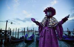 Mooi Venetiaans gemaskeerd model van Venetië Carnaval 2015 Stock Afbeelding