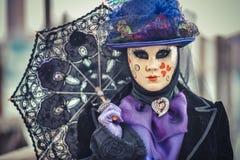 Mooi Venetiaans gemaskeerd modelsan marco-vierkant Venetië Carnaval 2015 stock afbeelding