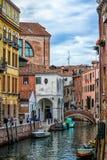 Mooi Venetiaans kanaal in de zomerdag, Italië stock foto's