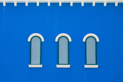 Mooi venster op kleurenmuur Stock Foto's