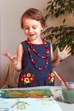 Mooi, mooi, verheugt het meisje zich met een glimlach in een incre royalty-vrije stock foto's