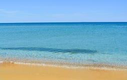 Mooi verlaten strand in de Krim Transparante, blauwe overzees, geel zand Het concept de zomer, vrije tijd, reis royalty-vrije stock afbeelding