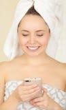 Mooi vers jong meisje die de celtelefoon dragen van de handdoekholding royalty-vrije stock fotografie