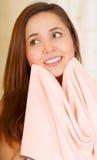 Mooi vers jong meisje die haar gezicht met handdoek drogen stock foto's