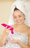 Mooi vers jong meisje met na de lotion van het de holdingslichaam van de douchehanddoek royalty-vrije stock fotografie