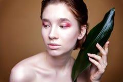 Mooi vers vrouwen` s gezicht met blad royalty-vrije stock foto's