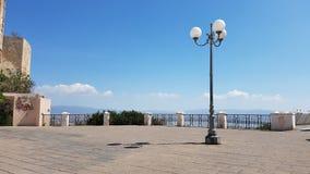 Mooi vierkant met lantaarnpaal in een zonnige dag, in de stad van Cagliari, Sardinige Italië Stock Afbeeldingen