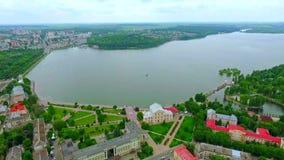 Mooi vogelperspectief van de stad, de dijk en het blauwe meer Ternopil ukraine stock video