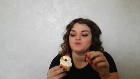 Mooi volledig mooi het gebakjevoedsel van de meisjesuitdrukking heerlijke de emoties van een cakeverrassing stock videobeelden