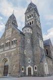 Mooi voor en zijaanzicht van de Kerkheiligen Cosmas en Damian in Clervaux royalty-vrije stock foto