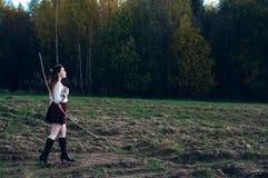 Mooi vrij etnisch rood hoofdmeisje met boog royalty-vrije stock fotografie