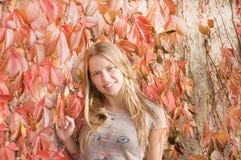 Mooi vrolijk tienermeisje Stock Foto's