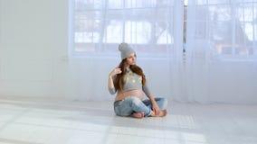 Mooi vrolijk zwanger jong meisje stock videobeelden