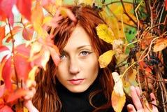 Mooi vrouw en de herfstblad stock foto
