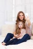 Mooi vrouw en kind die een selfie nemen royalty-vrije stock afbeeldingen