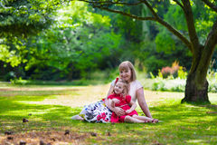Mooi vrouw en meisje die picknick in een park hebben Royalty-vrije Stock Foto