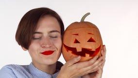Mooi vrouw geknuffel met Halloween gesneden Jack pompoen stock video