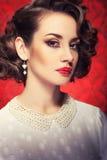 Mooi vrouw gestemd beeld op uitstekende rode achtergrond stock fotografie