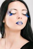 Mooi vrouwelijk gezicht met blauwe maniersamenstelling Royalty-vrije Stock Foto