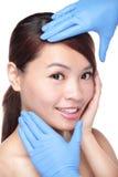 Mooi vrouwelijk gezicht met de handschoen van de Plastische chirurgie royalty-vrije stock fotografie