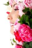 Mooi vrouwelijk gezicht met het kader van bloemenrozen Stock Fotografie