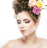 Mooi vrouwelijk gezicht met schoonheidsvlekje en bloem Royalty-vrije Stock Foto's