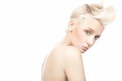 mooi vrouwelijk model met blauwe ogen op whi Royalty-vrije Stock Fotografie