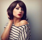 Mooi vrouwelijk model met korte haarstijl in toevallige kleding vi Stock Foto's