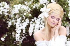 Mooi vrouwelijk model op aard in openlucht Stock Fotografie