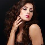 Mooi vrouwelijk model wat betreft de huid van de handgezondheid Royalty-vrije Stock Fotografie