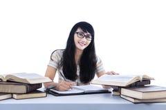 Mooi vrouwelijk student het schrijven geïsoleerd boek - royalty-vrije stock afbeeldingen