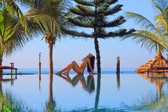 Mooi vrouwen dichtbij zwembad Stock Foto's