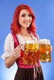 Mooi vrouwen dienend bier in Oktoberfest Royalty-vrije Stock Foto