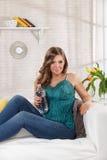 Mooi vrouwen drinkwater Stock Fotografie