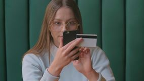 Mooi vrouwen online bankwezen die smartphone gebruiken die online met creditcard thuis levensstijl winkelen stock video