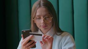 Mooi vrouwen online bankwezen die smartphone gebruiken die online met creditcard thuis levensstijl winkelen stock videobeelden