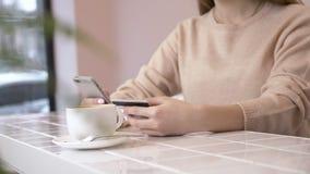 Mooi vrouwen online bankwezen die smartphone gebruiken die online met creditcard thuis levensstijl winkelen technologie en stock videobeelden