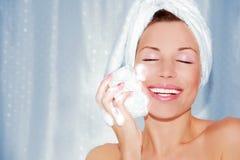 Mooi vrouwen schoonmakend gezicht Stock Foto