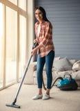 Mooi vrouwen schoonmakend huis Stock Foto