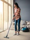 Mooi vrouwen schoonmakend huis Stock Fotografie