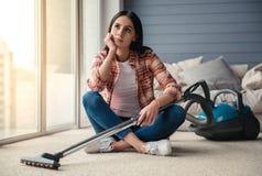 Mooi vrouwen schoonmakend huis Stock Afbeeldingen