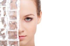 Mooi vrouwengezicht dichtbij ijsblokjes Stock Foto