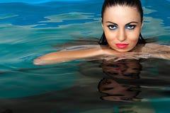 Mooi vrouwengezicht in het water Stock Foto