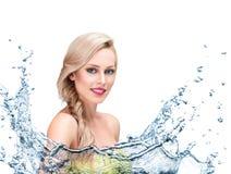 Mooi vrouwengezicht met waterplons Stock Afbeeldingen